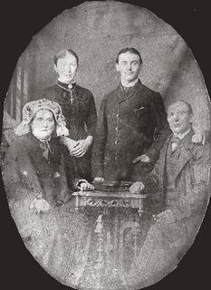 The founders of the pub 'To the Red Cock': (seated) Johanna and Wilhelm Stevens, to the left daughter Maria, on right her brother, around 1890.