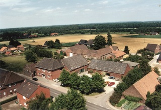 The Denißen property with hall, pub and agricultural buildings in July 1988