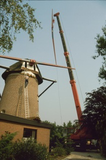 The new blades were mounted using a crane in 1988