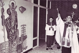 Pastor Scholten consecrated the school extension with its Christopher mosaic. A photograph from the day of the consecration on 21.12.1960