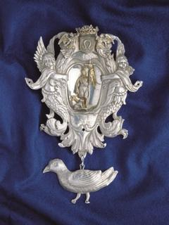 Left: Breast-plate of the old King's chain of the St. John's Shooting Brotherhood 1698 Weeze.