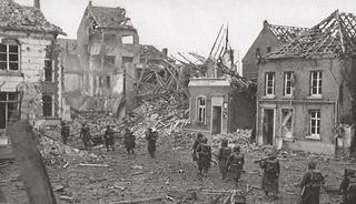 Allied troops advance on the market square (Marktplatz), March 1945