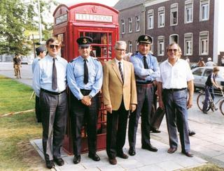 Book Weeze Laarbruch, page 291: Group Captain Smart presents the Municipality of Weeze a British telephone box, 1983.
