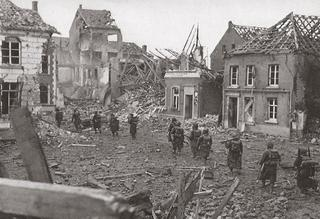 Allied troops advance on the market square (Marktplatz), March 1945.